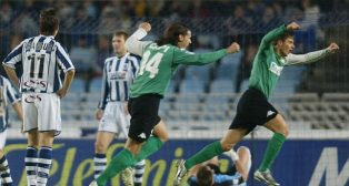 Joaquín celebra uno de sus goles en Anoeta a la Real Sociedad en diciembre de 2003 (Foto: J. J. Aygues)