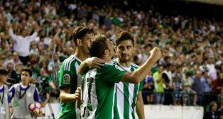 Joaquín celebra pegado a la grada su gol al Málaga (Foto: J. M. Serrano)