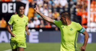 Joaquín celebra el gol logrado en el campo del Valencia