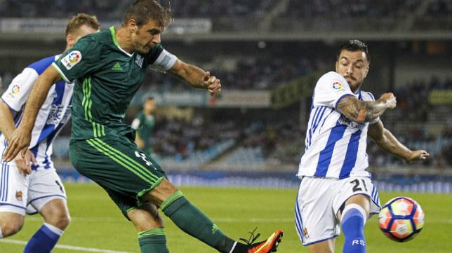 Joaquín intenta un centro en el Real Sociedad-Betis