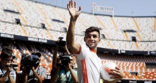 Munir El-Haddadi saluda a los aficionados del Valencia durante su presentación