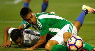 Rafa Navarro pugna por un balón sobre el césped ante el Málaga (Foto: EFE)