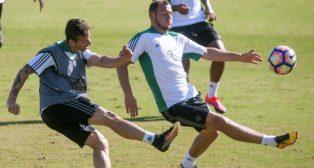 Rubén Castro realiza un disparo ante la oposición de Zozulia en el entrenamiento de ayer (Foto: J. J. Úbeda)