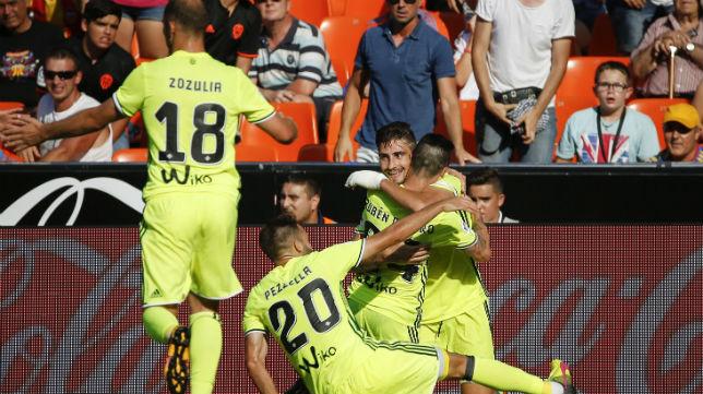 Rubén castro celebra con sus compañeros el gol del triunfo del Betis en Mestalla
