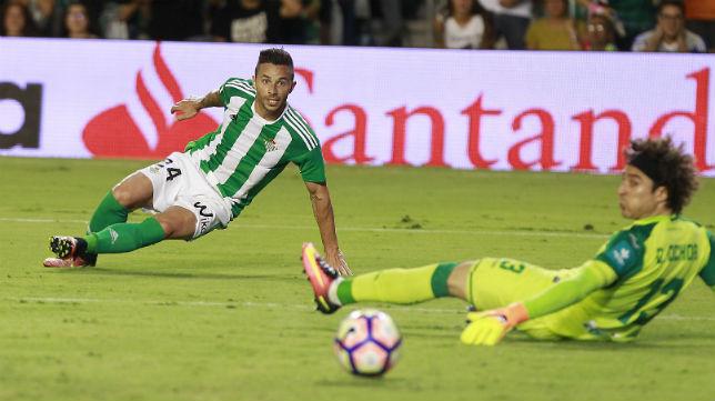 Rubén Castro remata a portería en el partido ante el Granada (Foto: Raúl Doblado)
