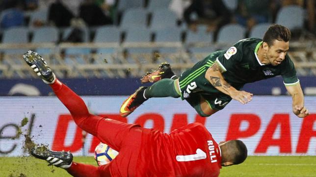 Rubén Castro cae ante Rulli en un lance del Real Sociedad-Betis