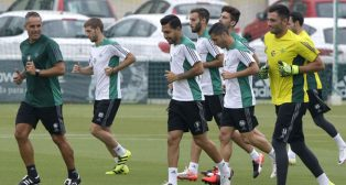 Un grupo de jugadores del Betis en un entrenamiento reciente