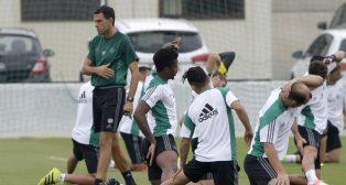 Poyet supervisa el entrenamiento de sus jugadores (Foto: Juan José Úbeda).