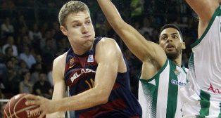 Aleksander Vezenkov (i), del Barcelona Lassa, entra a canasta entre Triguero y Lockett, del Real Betis Energía Plus