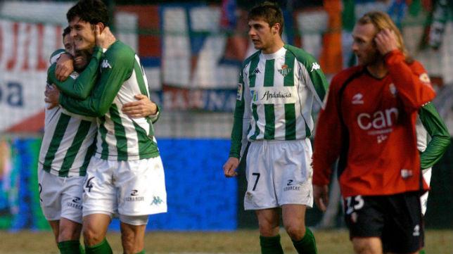 Luis Fernández y Edu celebran un gol en presencia de su compañero Joaquín en el Osasuna-Betis de 2006 (Foto: EFE)