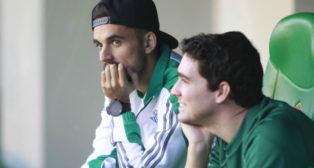 Dani Ceballos, en el banquillo bético antes del partido ante el Espanyol (Foto: Raúl Doblado)