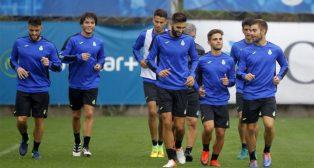 Varios jugadores del Espanyol, entre ellos David López, en el entrenamiento del equipo blanquiazul (Foto: www.rcdespanyol.com)