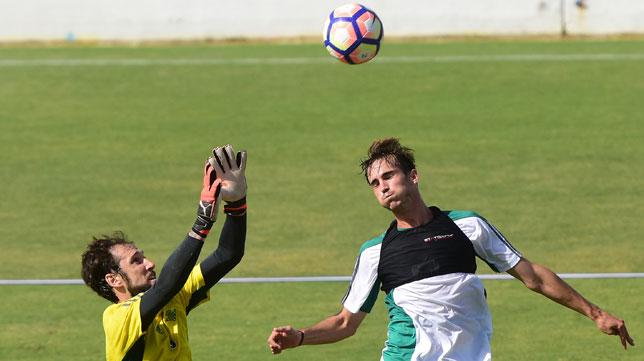 Dani Giménez y Fabián saltan por el balón en un entrenamiento del Betis (Foto: Juan José Úbeda).