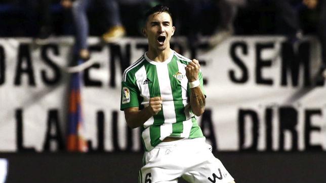 Felipe Gutiérrez celebró con rabia su gol en el Osasuna-Betis (Foto: EFE)