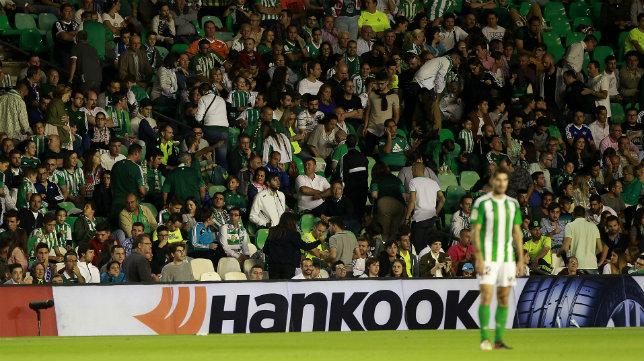 Muchos béticos abandonaron la grada antes de finalizar el choque ante el Madrid (Foto: Raúl Doblado)