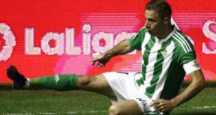 Joaquín se tira al césped de El Sadar para celebrar su gol a Osasuna (Foto: EFE)