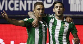 Joaquín celebra con Sanabria su gol al Osasuna en El Sadar