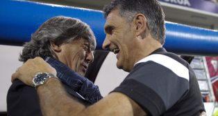 Enrique Martín y José Luis Mendilíbar se saludan (Foto: Efe).
