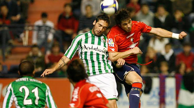 Arzu pelea un balón con Nekounam en el Osasuna-Betis de la temporada 08-09