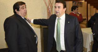 José Antonio Tirado, de PNB, recibe el saludo del vicepresidente bético, López Catalán, en una junta de accionistas (Foto: Jesús Spínola)