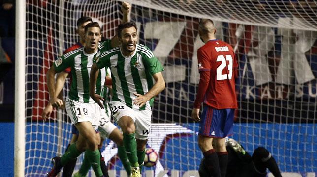 Pezzella y Álex Alegría corren para celebrar el gol de Felipe (Foto: Efe).