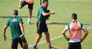 Gustavo Poyet da instrucciones a sus jugadores (Foto: Juan José Úbeda).