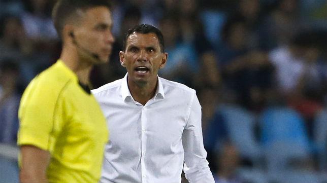 El técnico bético, Gustavo Poyet, se dirige al cuarto árbitro en el partido jugado en Anoeta (Foto: J. M. Serrano)