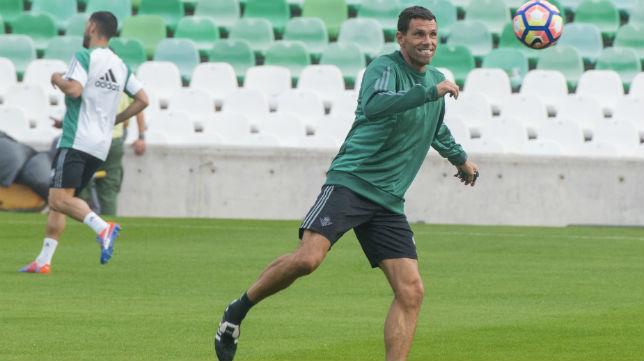 Gustavo Poyet golpea el balón durante un entrenamiento (Foto: J. J. Úbeda)