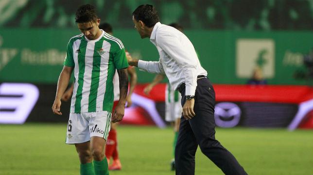 Poyet da instrucciones a Felipe Gutiérrez en el partido ante el Espanyol (Foto: Raúl Doblado)