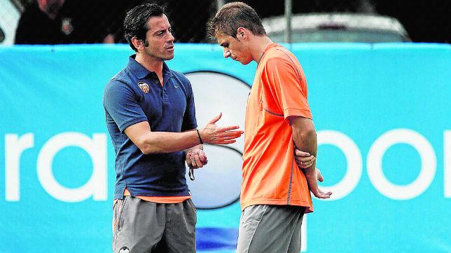 Quique y Joaquín dialogan durante un entrenamiento del Valencia (Foto: EFE)