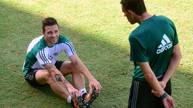 Rubén Castro dialoga con Gustavo Poyet, durante un entrenamiento del Betis (Foto: Juan José Úbeda).