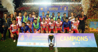 Los jugadores del Espanyol posan con las medallas y el trofeo que les acredita como supercampeones de Catalunya (Foto: EFE)