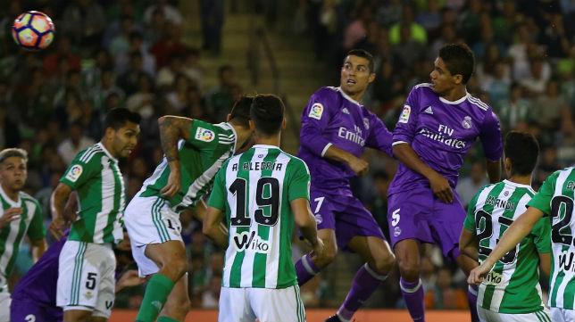 Varane marca en el Betis-Real Madrid