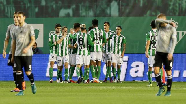 Los jugadores béticos celebran el tanto logrado por Sanabria en la Copa del Rey ante el Deportivo (Foto: Raúl Doblado)