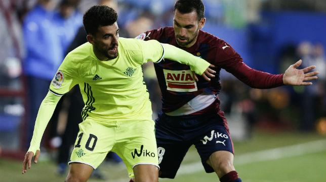 Dani Ceballos aguanta el balón ante la presión del jugador del Eibar Arbilla. Foto: J. M. Serrano)