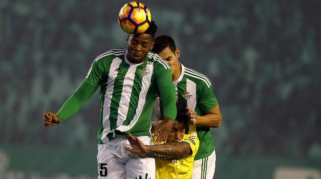 Donk y Mandi, en el Betis-Las Palmas (Foto: J. M. Serrano)