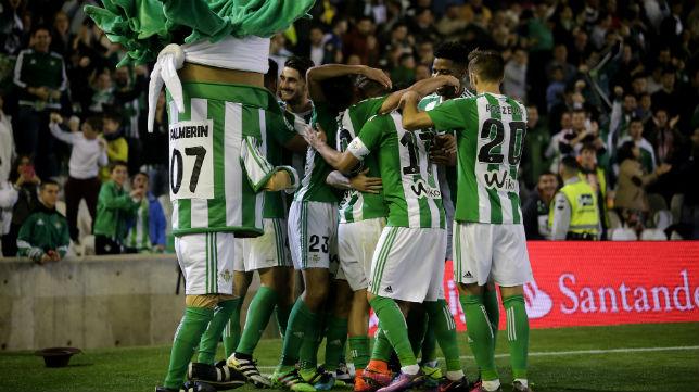 Los jugadores del Betis celebran el gol ante Las Palmas (Foto: J. M. Serrano)