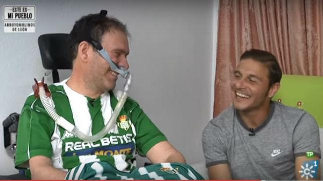 Joaquín sorprendió a Fran, un bético enfermo de la ELA en su casa de Jaén (Foto: Canal Sur)