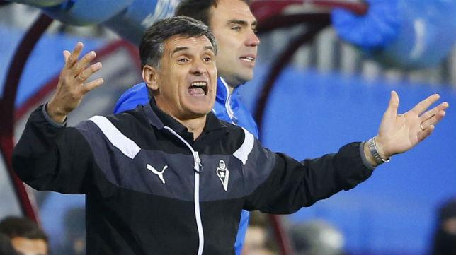 El técnico del Eibar, José Luis Mendilibar, grita durante el partido jugado ante el Betis (Foto: J. M. Serrano)