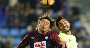 Petros y Inui pelean por un balón en el Eibar-Betis (Foto: EFE)