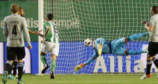 Sanabria remata a gol en el partido ante el Deportivo de La Coruña (Foto: EFE)