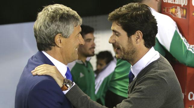 Setién y Víctor se saludan antes del Betis-Las Palmas (Foto: J. M. Serrano).