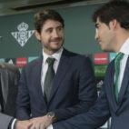 Torrecilla y Haro flanquean a Víctor (Foto: Efe).