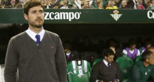 Víctor Sánchez del Amo, en el banquillo del Betis (Foto: EFE)