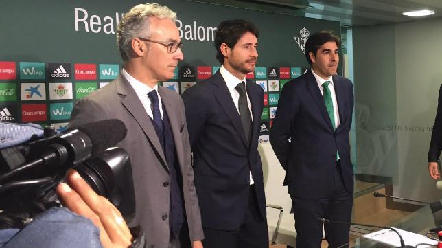 Víctor Sánchez en su presentación junto a Miguel Torrecilla y Ángel Haro