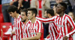 San José, Williams y Susaeta, entre otros, junto a Beñat tras felicitarle por el gol ante el Eibar (Foto: EFE)