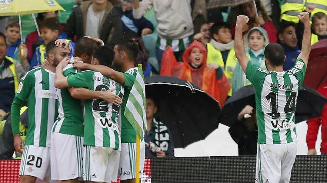 Varios jugadores abrazan a Pezzella tras el gol del argentino ante el Celta (Foto: EFE)