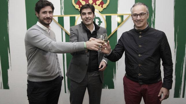 Víctor, Haro y Torrecilla, durante el brindis (Foto: Juan Flores).