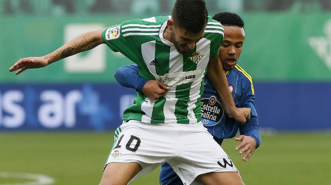 Dani Ceballos disputa un balón en el partido ante el Celta (Foto: EFE)