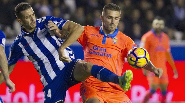 Feddal intenta tapar a Livaja en el Alavés-Las Palmas de esta temporada (Foto: EFE)